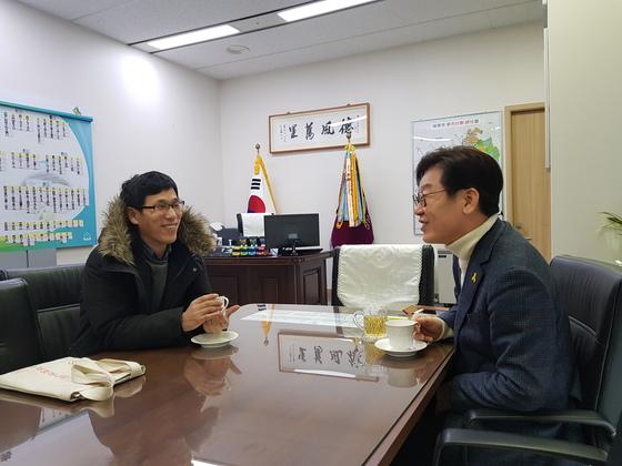 강연차 성남시청에 온 진중권 동양대 교수가 이재명 시장의 집무실을 찾아 담소를 나누고 있다. 권호 기자