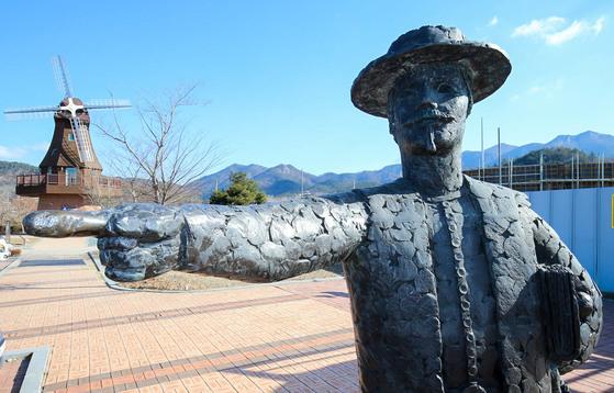 전남 강진 하멜기념관 앞에 세워진 하멜 동상. 『하멜표류기』를 들고 있다. 프리랜서 장정필