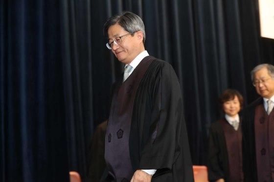 지난해 12월 1일 서울 서초동 대법원에서 열린 신임법관 임명장 수여식에 참석한 김명수 대법원장. 오종택 기자