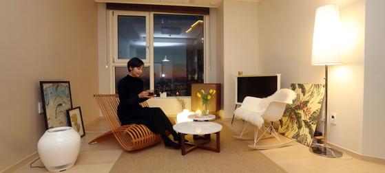 김현경씨는 가구를 아늑하게 배치하고, 형광등 대신 은은한 간접 조명을 설치해 거실을 자신만의 아지트로 만들었다. [변선구 기자]