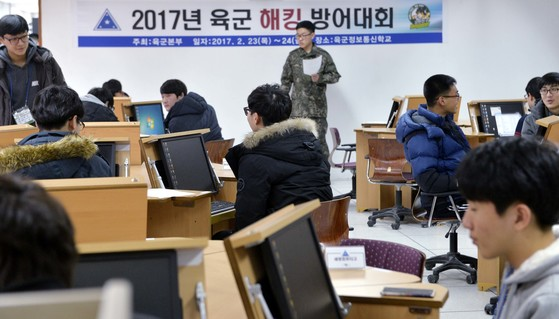 지난해 육군정보통신학교에서 열린 육군해킹 방어대회.고도화·지능화되고 있는 북한의 사이버 위협 속에서 사이버 전문 인력의 해킹 대응능력을 강화하고, 최정예 정보보호 인재를 양성하기 위해 마련된 자리다. [중앙포토]