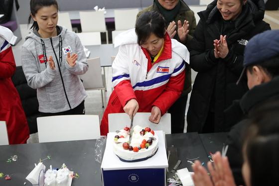 28일 여자 아이스하키 단일팀 북한 주장 진옥의 생일을 축하하는 선수들. [사진 문화체육관광부]