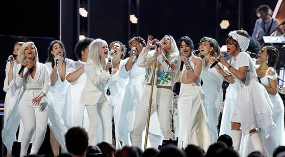 28일(현지시간) 뉴욕에서 열린 그래미 시상식에서 케샤(첫줄 왼쪽에서 셋째)와 비비 렉사·신디 로퍼·카밀라 카베요·안드라 데이·줄리아 마이클스가 함께 노래하고 있다. [로이터=연합뉴스]