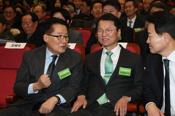 왼쪽부터 박지원, 천정배, 정동영 의원이 28일 국회의원회관에서 열린 창당발기인대회에 참석해 이야기하고 있다.