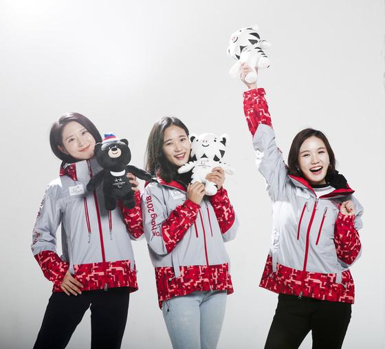 다음달 개막하는 평창올림픽에서 자원봉사자로 활약하는 이지원·손은영·원다인(왼쪽부터)씨가 마스코트인 수호랑과 반다비 인형을 들고 포즈를 취했다. 대회 기간 이지원씨는 아이슬란드대표팀 매니저, 손은영씨는 경기장 운영, 원다인씨는 아이스아레나 중국어 통역 업무를 맡는다. [김경록 기자]