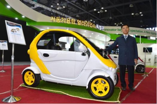 오충기 대창모터스 대표와 초소형 전기차 '다니고'. 이달 초 티몬을 통해 예약판매한 다니고는 추가 물량까지 완판되며 인기를 끌었다. [사진 대창모터스]