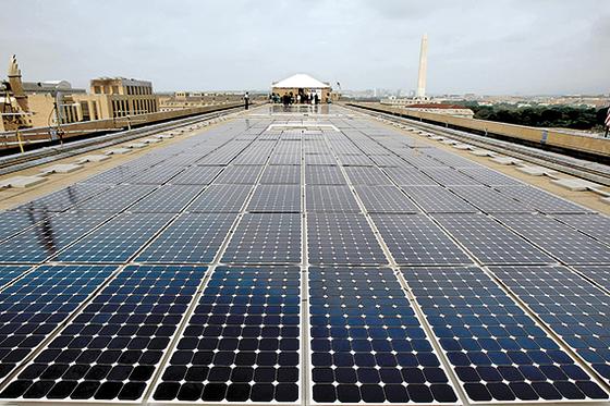 미국 에너지부가 전력 충당을 위해 워싱턴 청사 옥상에 설치한 태양광 발전 집광판. [AFP=연합뉴스]