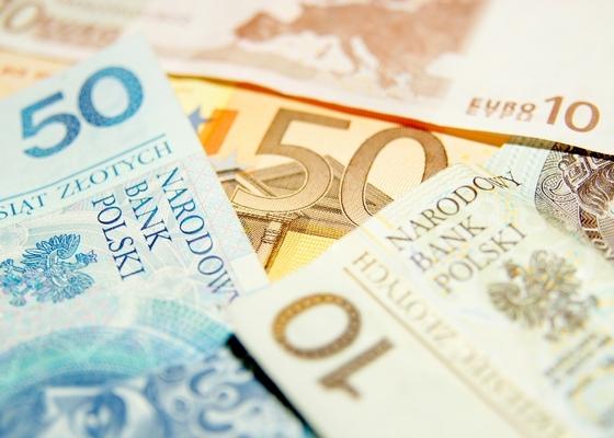 포퓰리즘 정당이 이끄는 폴란드 정부는 둘째 아이부터 500즈워티(약 148달러)를 지급하는 복지 프로그램을 선보여 인기를 끌고 있다.