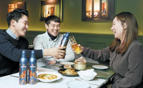지난 23일 직장인들이 칭따오 한정판 맥주를 마트에서 구입한 후 서울 한남동의 퓨전 중식당에서 마시고 있다. 프리랜서 박정근