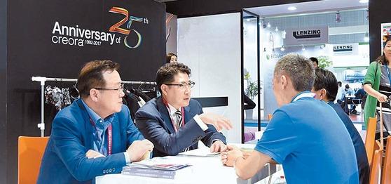 효성은 고객의 목소리를 경청하고 철저한 시장 조사를 통해 신시장 개척에 주력한다. 지난해 10월 중국 상하이에서 열린 세계 최대 섬유전시회 '인터텍스타일 상하이 2017'에서 효성 조현준 회장(왼쪽 둘째)이 고객의 목소리를 직접 듣고 있다. [사진 효성그룹]