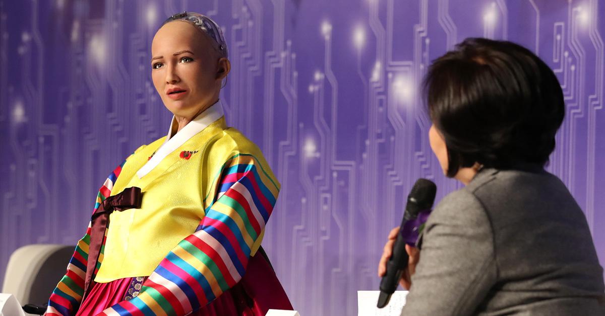 인공지능(AI)로봇 '소피아'가 30일 오전 서울 중구 더프라자호텔 그랜드볼룸에서 열린 '4차 산업혁명, 소피아에게 묻다' 콘퍼런스에서 더불어민주당 박영선 의원의 질문에 답하고 있다. [연합뉴스]