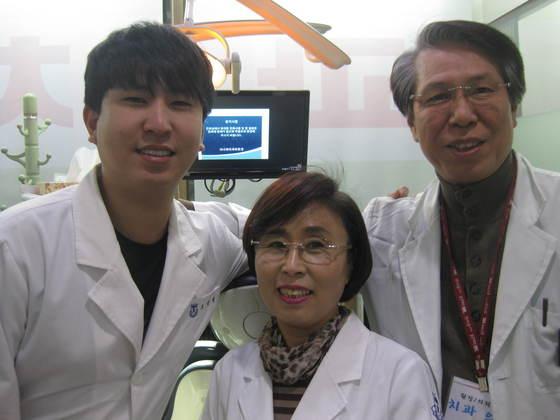 아나파 치과에서 함께한 아들 오장원씨, 김향미씨, 남편 오갑용 원장(왼쪽부터). [전익진 기자]