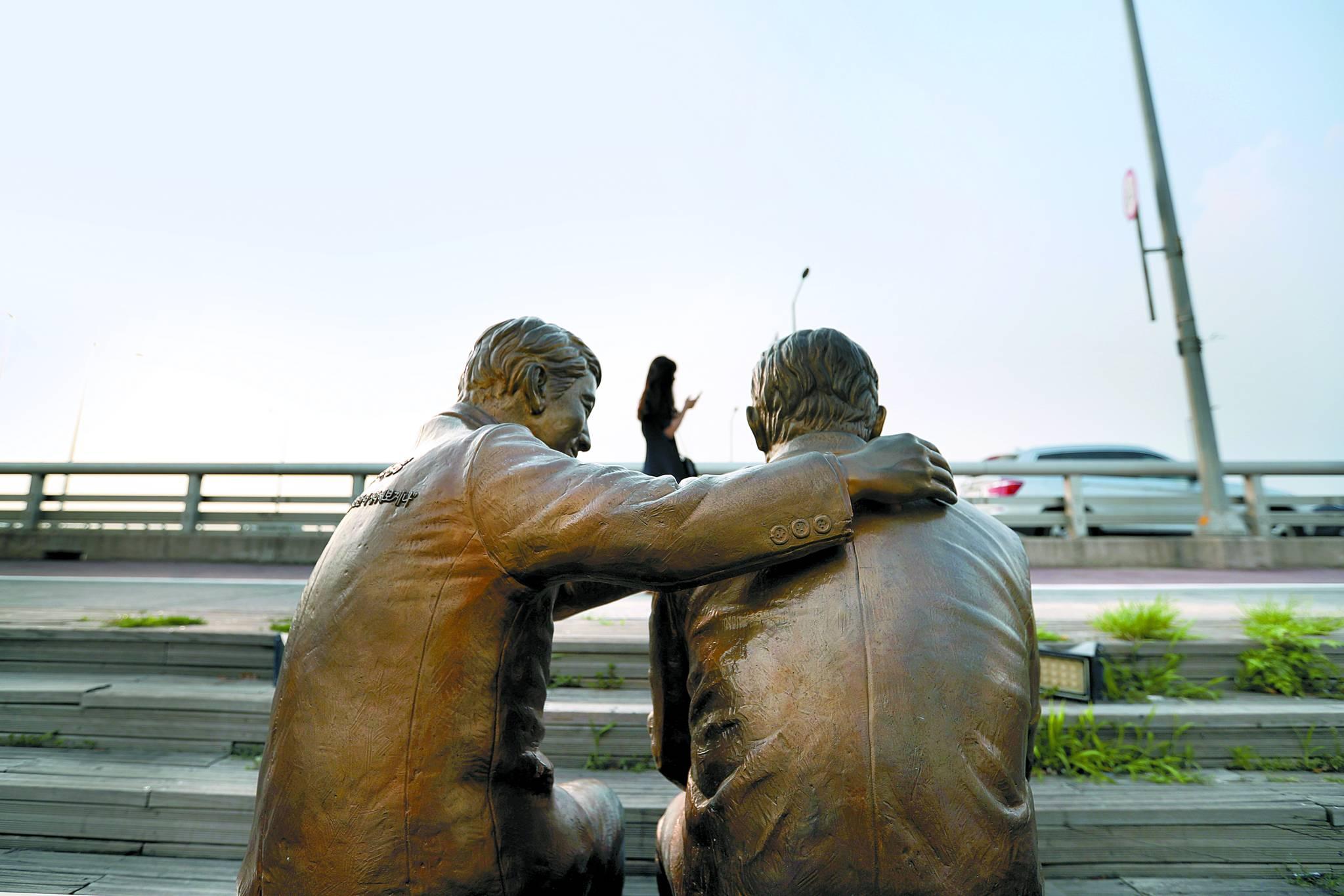 서울 마포대교에 세워진 자살 예방 동상. 자살을 고민하는 사람을 위로하는 모습이다. [중앙포토]