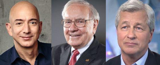 """제프 베저스 아마존 CEO(왼쪽)와 '투자의 귀재' 워런 버핏 버크셔 헤서웨이 회장(가운데), 제이미 다이몬 JP모건 CEO가 30일 """"세 사람이 힘을 합쳐 헬스케어와 관련한 합작 법인을 설립하겠다""""고 발표했다. [중앙포토]"""