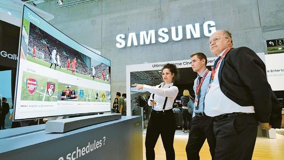 독일 베를린에서 열리는 국제가전박람회 IFA2017 삼성전자 전시장에서 관람객이 스마트 TV를 체험하고 있다.