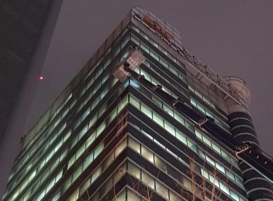 서울 수서경찰서 대치지구대가 30일 오후 8시께 '스카이차'를 이용해 서울 대치동의 한 고층빌딩 외벽의 얼음을 제거하는 작업을 벌이고 있다. [서울 수서경찰서 제공=연합뉴스]