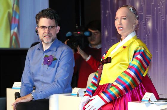 핸슨 로보틱스의 데이비드 핸슨 CEO가 30일 서울 소공동 더 플라자호텔에서 열린 '4차 산업혁명, 로봇 소피아에게 묻다' 컨퍼런스에서 자신이 제작한 AI 로봇 소피아의 발언을 지켜보고 있다. [우상조 기자]