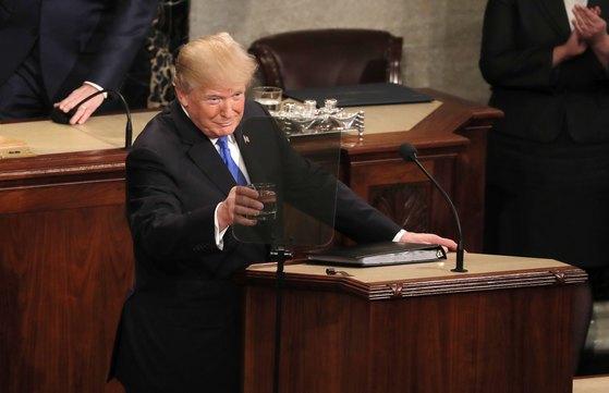 30일 취임 후 첫 국정연설 중인 도널드 트럼프 미국 대통령. [로이터=연합뉴스]