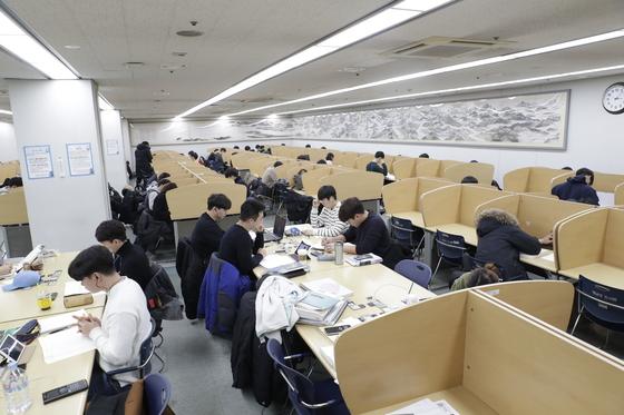 영남대학교 중앙도서관 지하 열람실 벽에 내걸린 낙동강천리도. [사진 영남대]