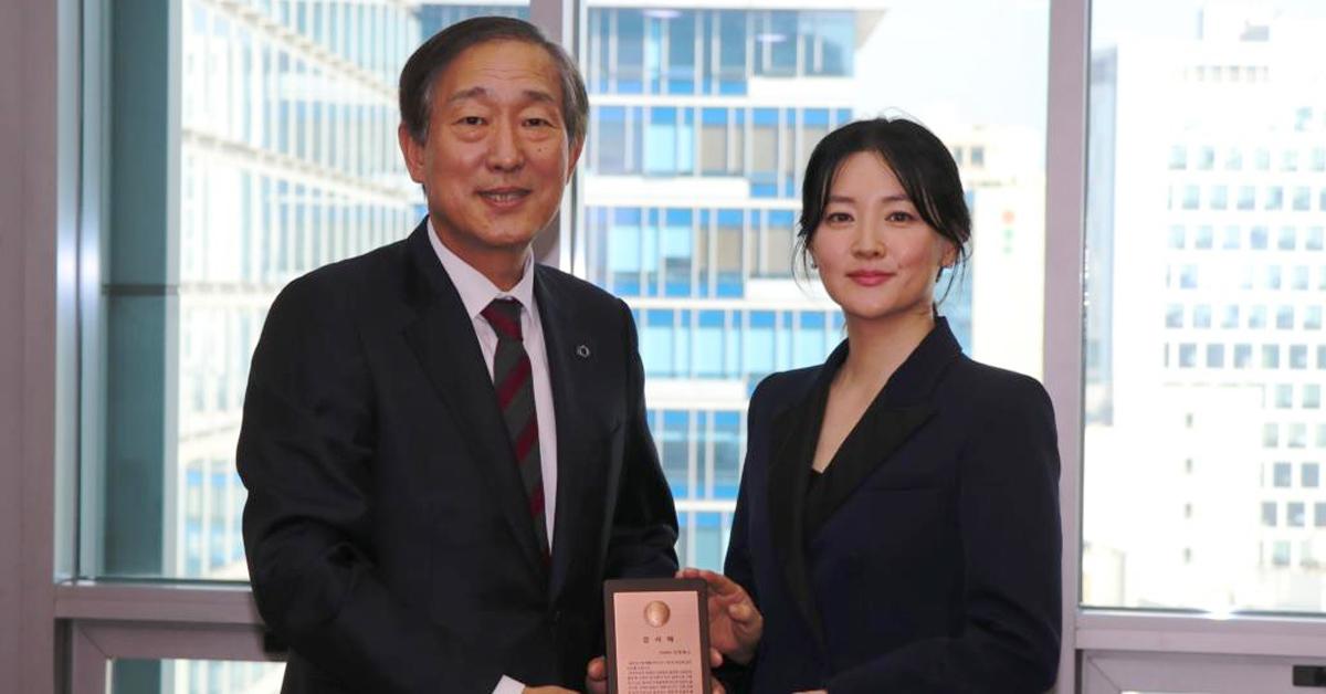 윤도흠 연세대 의료원장이 배우 이영애에게 감사패를 전하고 있다. [사진 연세의료원 제공]