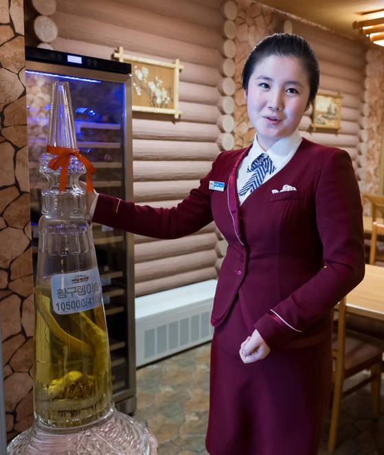 마식령호텔에서 황구렁이술을 소개하는 북한 접대원. [사진 공동취재단]