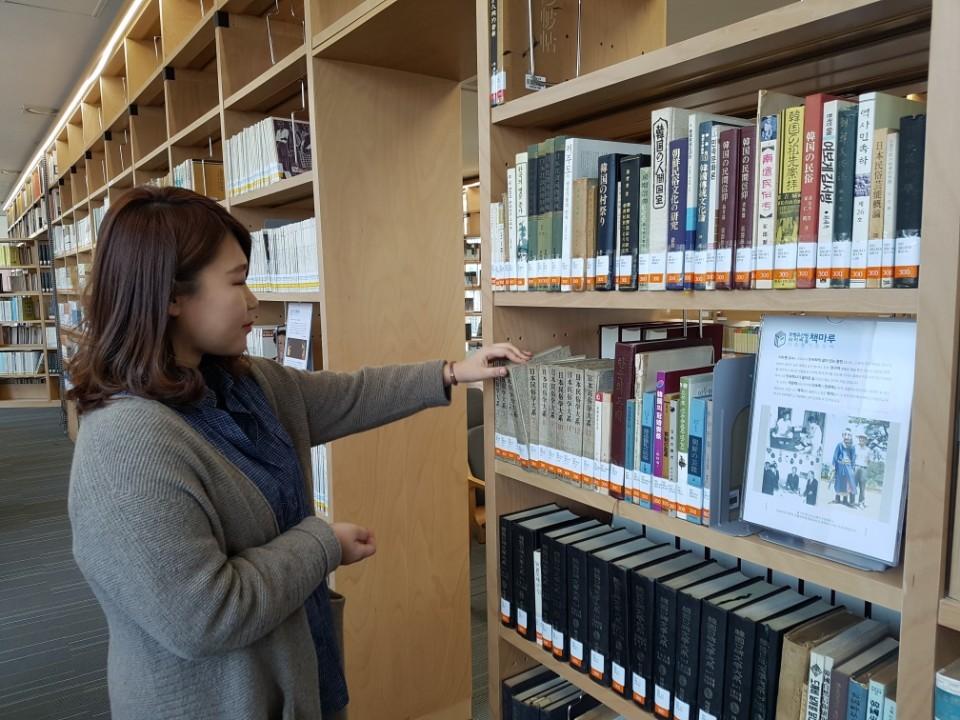 국립무형유산원 조사연구기록과 노희진 주무관이 '라키비움 책마루'에서 기증 도서를 살펴보고 있다. 전주=김준희 기자