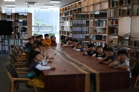 국립무형유산원 '라키비움 책마루'를 찾은 어린이들. [사진 국립무형유산원]