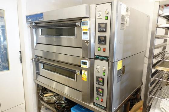 파이를 굽는 오븐은 데크가 2층으로 돼있어, 한 데크에 8개씩 16개의 파이를 동시에 굽는다.