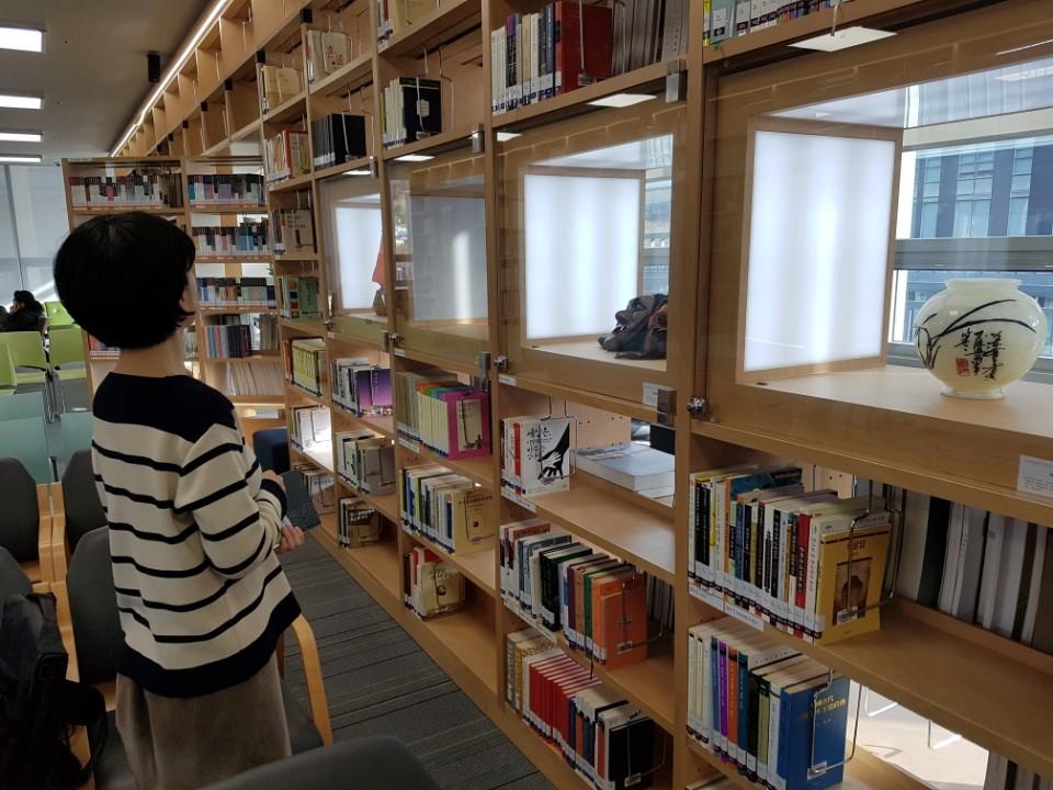 국립무형유산원의 한 직원이 '라키비움 책마루'에서 책을 고르고 있다. 전주=김준희 기자