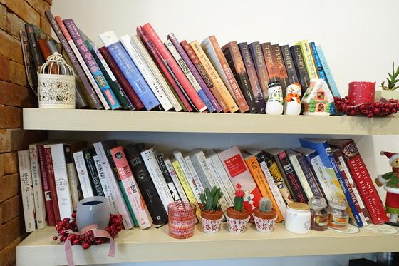 작은 가게 벽의 빈 공간에 설치한 책 선반에는 음식·역사·철학 등 다양한 책이 꽂혀 있다. 음식 관련 서적이 가장 많다.