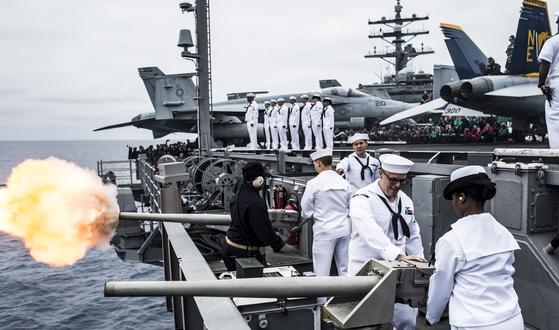 지난 10월 미 해군 니미츠급 핵추진 항공모함인 로널드 레이건호가 동해와 서해에서 진행한 한미연합훈련 모습. [미 해군 제5항모강습단 제공=연합뉴스]