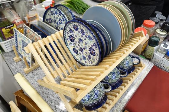 집에 손님을 초대해 대접하는 마음으로 음식을 준비한다는 주인 부부는 그런 분위기에 도움이 되도록 기물도 대부분 업소용이 아닌 가정용으로 구비했다.
