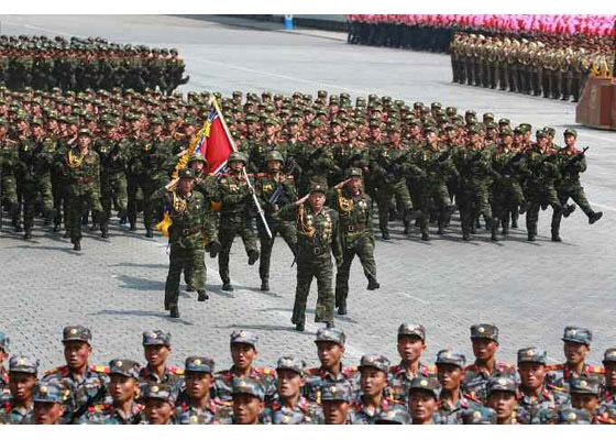 북한 군인들이 2017년 4월 15일 김일성 주석의 생일을 맞아 열병식에 참여하고 있다. [사진 노동신문]