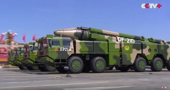 열병식에서 공개된 둥펑 21-D 대함탄도미사일. [출처: 중앙포토]