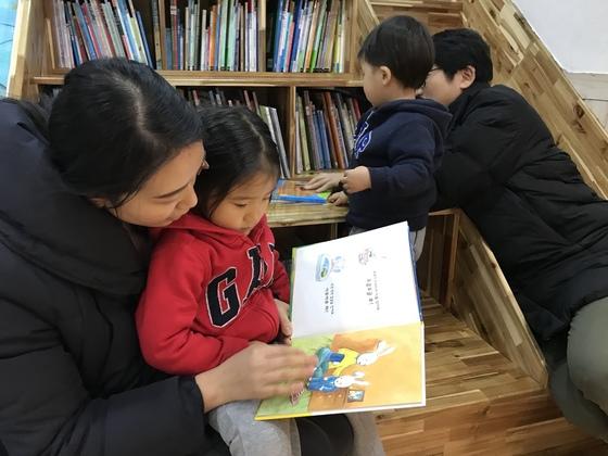 최근 제주시 서귀포시 북타임 서점에서 한 가족이 그림책을 읽고 있다. 최충일 기자