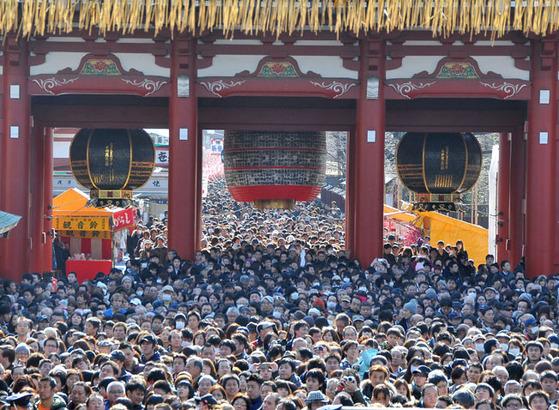 도쿄의 유명사찰인 센소지에 '하츠모데'를 위해 모인 일본인들. 한해 건강과 행운을 빌며 아마자케(단술)를 마신다. [중앙포토]