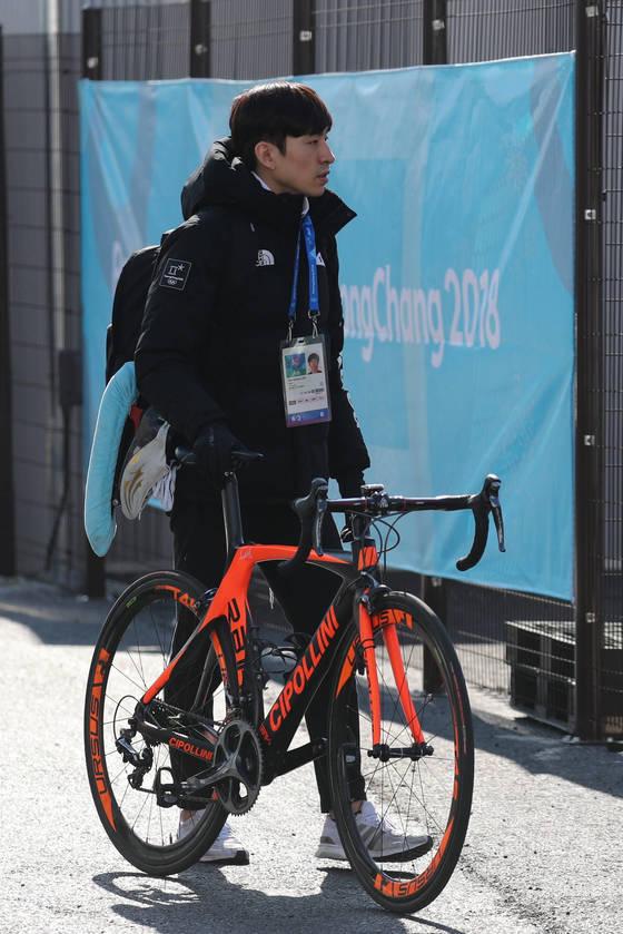 4일 오후 평창동계올림픽 강릉선수촌에서 한국 스피드 스케이팅 이승훈이 자전거를 끌고 입촌하고 있다. [연합뉴스]