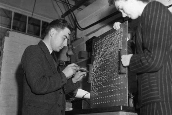 앨런 튜링의 주도로 1943년 독일군 암호 해독을 위해 만들어진 연산 컴퓨터 '콜로서스'. 미국의 '에니악'보다 2년 먼저 개발됐으나 영국이 1970년대까지 관련 사실을 기밀로 하는 바람에 '세계 최초 컴퓨터'란 영광은 에니악에 돌아갔다. [중앙포토]