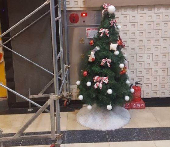 31일 찾은 서울 명동의 한 빌딩. 소화전이 크리스마스 장식과 사다리로 가로막혀 있다. 이 건물 2층에는 스프링클러도 설치돼있지 않다. 이태윤 기자
