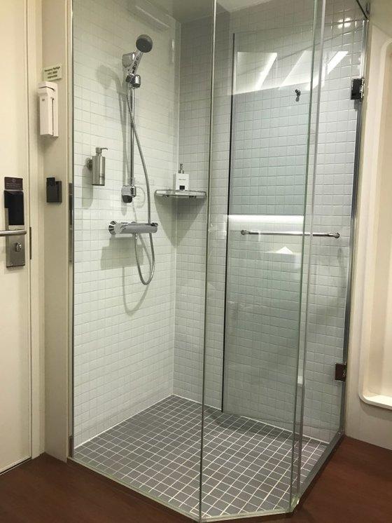 큰 만족감을 줬던 샤워실. 바닥에도 열선이 깔려 있다.