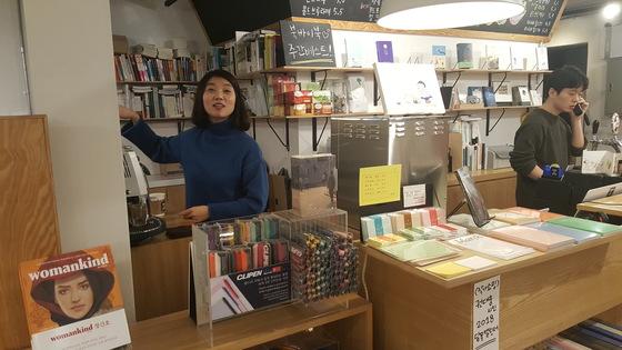 서울 상암동 북바이북 김진아 대표가 고객들로부터 책, 커피 등 음료와 맥주 주문을 받고 있다. 김동호 기자