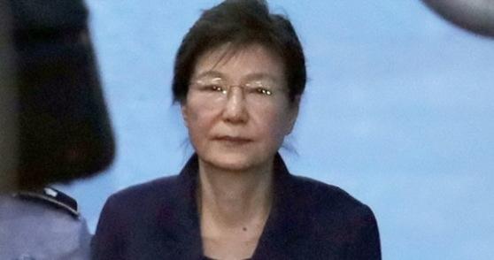 세월호 침몰 이후 잘못된 대처로 결정타를 입고 결국 탄핵의 길을 걸은 박근혜 전대통령.중앙포토