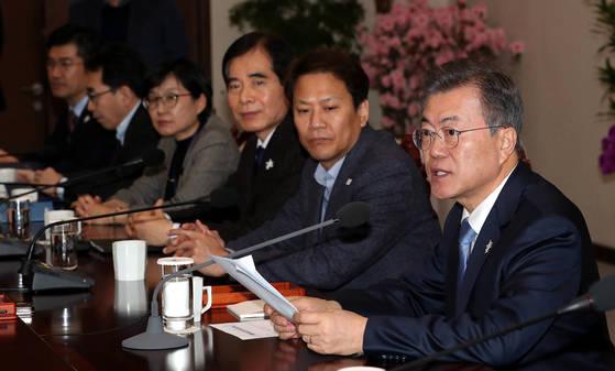문재인 대통령(오른쪽)이 지난 5일 오후 청와대 수석보좌관회의에서 발언하고 있다. [청와대사진기자단]