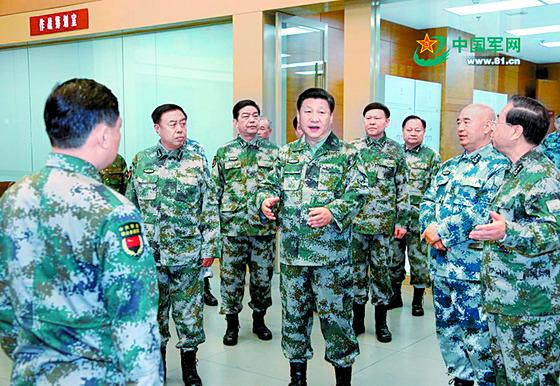 군복 차림의 시진핑 중국 국가주석(가운데)이 각반을 착용한 채 중앙군사위 직속 기구인 연합작전지휘센터를 방문해 간부들과 만났다. 시 주석은 '중앙군사위 연합작전지휘센터 총지휘'라는 직함을 추가했다. 시 주석의 이날 행보는 지난해 말 직접 창설한 연합작전지휘센터의 수장임을 공개한 것이다.  사진제공=해방군보 웨이보 캡처]