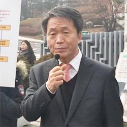 서울 대검찰청 앞에 선 김용원 변호사. [연합뉴스]