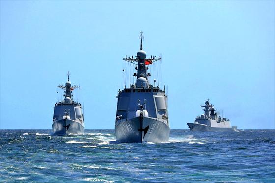 중국 인민해방군 동해함대 소속 지난함·빈저우함·닝보함 편대가 지난주 동중국해 모 해역에서 가상의 적 함대를 상대로 공군 조기경보기, 전투기 등과 연합 실전훈련을 실시했다. [중국해군망]