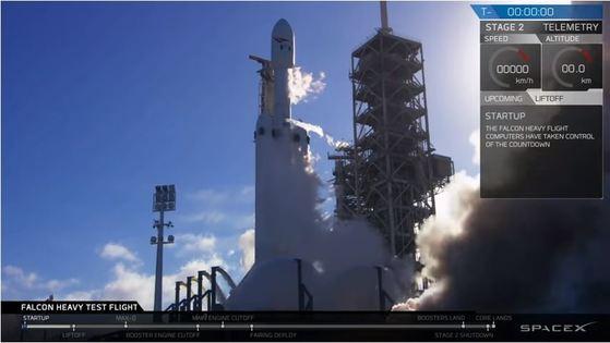 미국 민간 우주탐사기업 스페이스X의 초중량 팰컨 헤비 로켓이 6일(현지시간) 오후 3시 45분 미 플로리다 주 케네디 우주센터 39번 발사대에서 우주로 날아올랐다. [유투브 캡처]