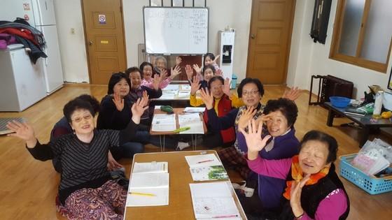 지난달 25일 한글 공부를 위해 울산 남구 무거동 제1경로당에 모인 도란도란 학교 학생들. [최은경 기자]