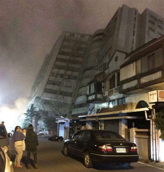 지진으로 무너진 대만의 호텔 건물 [사진 SNS]