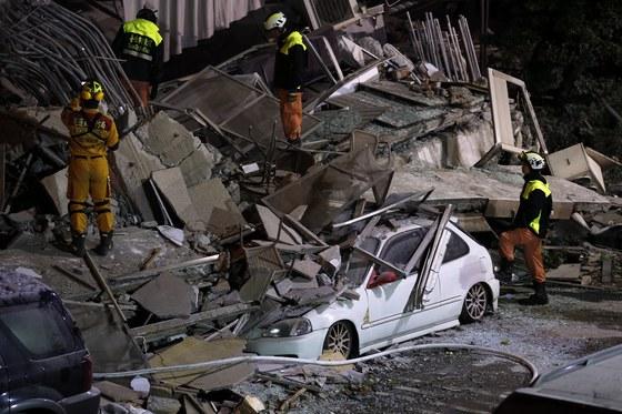 6일 밤 대만 동부 화롄현에서 규모 6.0의 강진이 발생해 화련시 시내 건물이 붕괴되는 등 피해가 발생했다. 이튿날 새벽 현지 구조대원들이 실종자 수색 작업을 펼치고 있다. [화롄 EPA=연합뉴스]